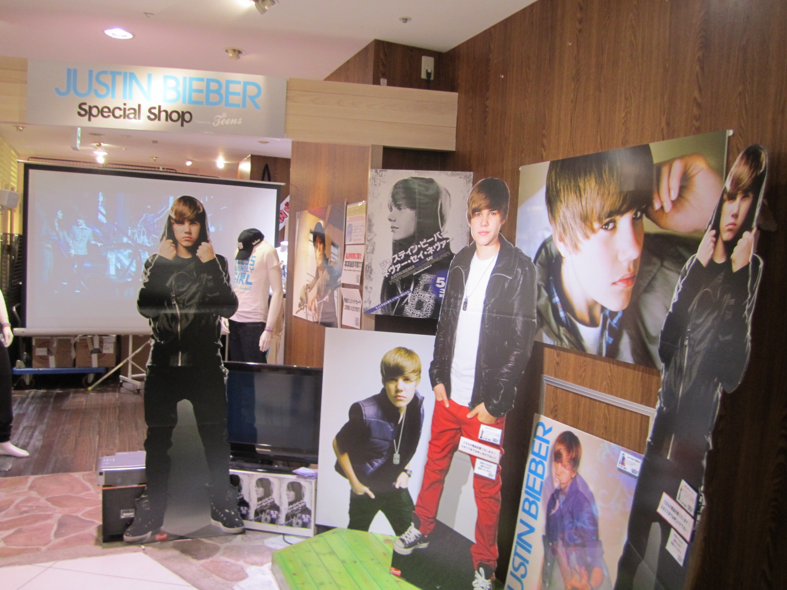 justin bieber store in japan xminmusic. Black Bedroom Furniture Sets. Home Design Ideas